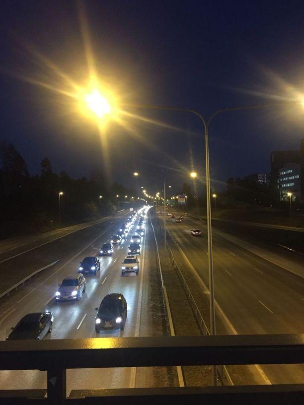 Liikenne ruuhkautuu Länsiväylällä kolarin vuoksi.