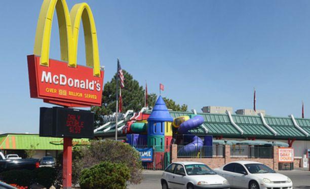 Hevosen yllätys aiheutti pahennusta muissa asiakkaissa. Kuvan McDonaldŽs ei liity tapaukseen.
