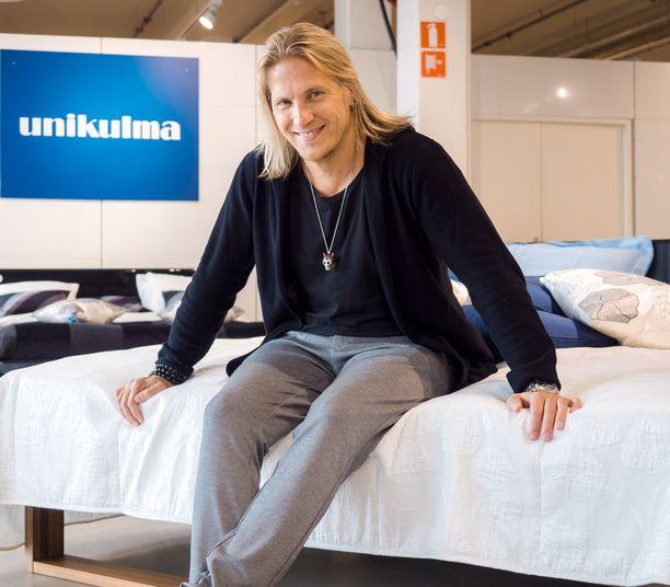 Motorisoitu vuode on ollut juontaja Sami Kuroselle oikea valinta.