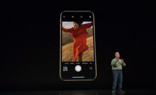 Puhelin näyttää samankaltaiselta kuin aiemmat Iphonet, mutta sen näytön koko on suurempi.