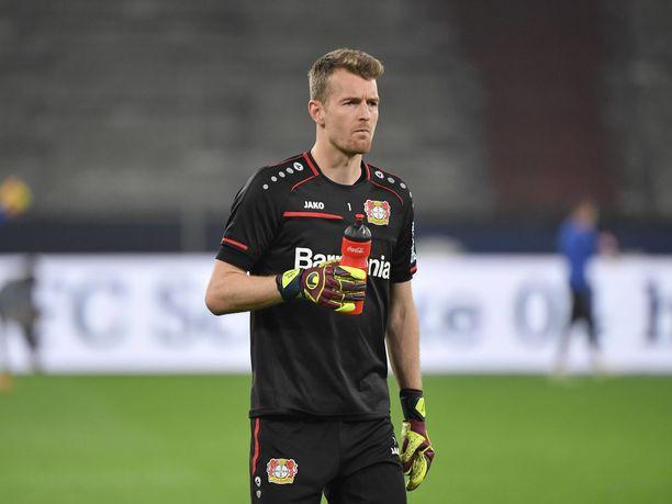 Lukas Hradecky joutuu kovan paikan eteen.