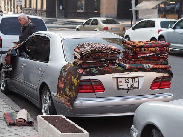 Vernissage-torilla kaupataan mattoja.