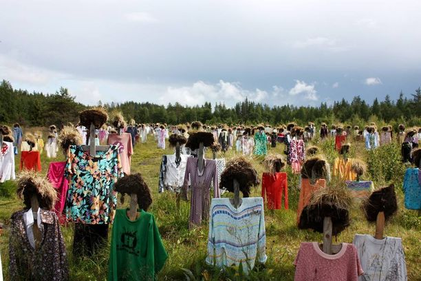 Erikoiset ihmishahmot ovat jököttäneet pellolla jo 21 vuoden ajan. Jopa kymmenettuhannet ihmiset käyvät kesäisin katsomassa Hiljaista kansaa.