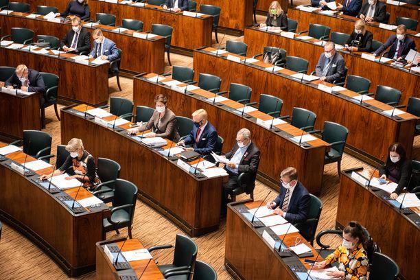 Eduskunnan kyselytunnilla kuultiin torstaina kuuma koronkeskustelu. Arkistokuva eduskunnan täysistunnosta viime vuoden syyskuulta.