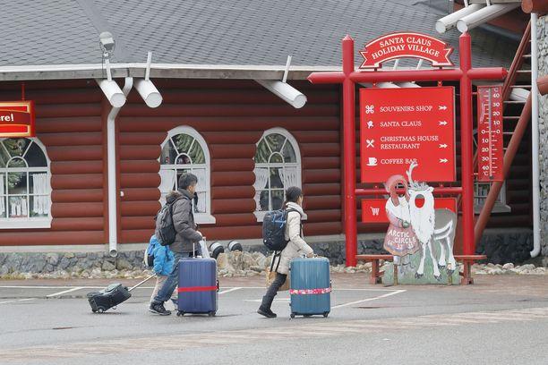 Matkailijoita Joulupukin Pajakylässä Rovaniemellä.