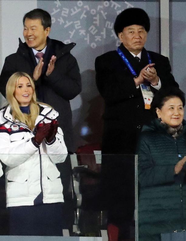 Kim Yong-chol (takarivi, oik.) pääsi yhteiskuviin Donald Trumpin tyttären Ivanka Trumpin kanssa Pyeongchangin talviolympialaisten lopetusseremoniassa.