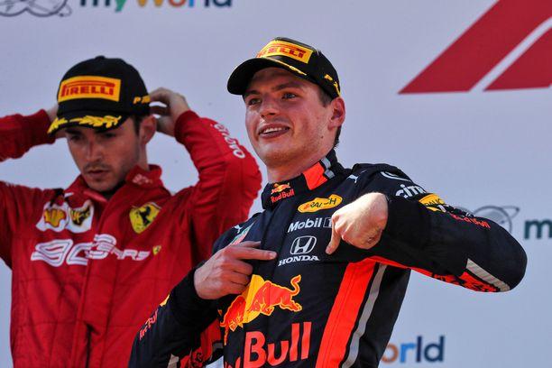 Max Verstappen (edessä) sai pitää voittonsa. Charles Leclerc joutui tyytymään kakkossijaan.