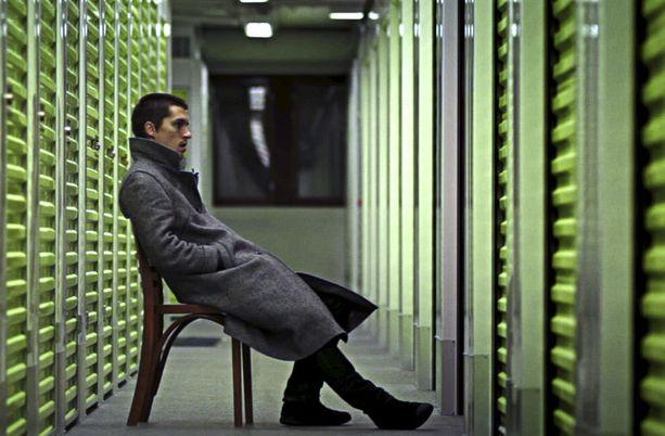 Tavarataivas-elokuvassa mies joutuu pohtimaan tavaroiden tärkeysjärjestystä.