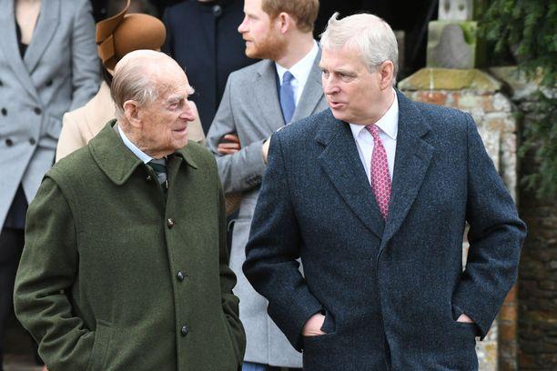 Kuninkaallinen perhe matkalla joulukirkkoon Sandringhamissa. Kuva on kahden vuoden takaa. Vasemmalla prinssi Philip, oikealla prinssi Andrew.