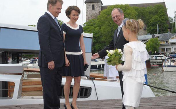 Nea Seppälä pääsi ojentamaan presidenttiparille kukkia.