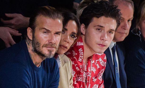 David ja Victoria Beckham ja pariskunnan neljä lasta ovat tiivis perhe. Kuvassa David Beckham vaimonsa Victorian ja esikoispoikansa Brooklynin kanssa Louis Vuittonin muotinäytöksessä Pariisissa tammikuussa.