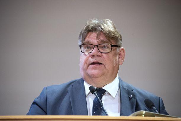 Entinen ulkoministeri Timo Soini aloitti sopeutumisrahan nostamisen välittömästi.