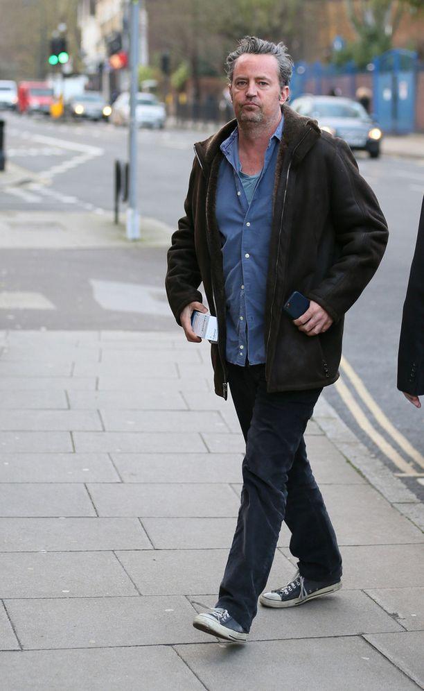 """Frendeistä tunnetuksi tullut Matthew Perry on käsikirjoittanut mustan komedian """"The End of Longing"""", joka saa helmikuussa ensi-iltansa Lontoossa."""