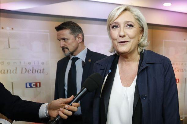 Marine Le Pen puhui toimittajille Pariisissa ennen TF1-televisiokanavan vaaliväittelyä.