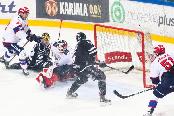 Eemil Viro upottaa TPS:n ratkaisevan 3–2-maalin. HIFK:n maalivahti Frans Tuohimaa ei saa puolustukselta apuja.