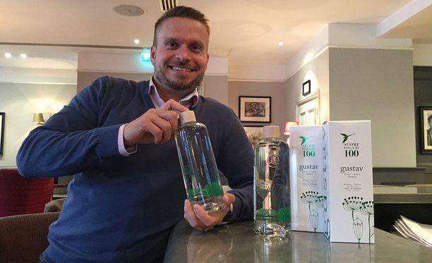 Lignell & Piispasen toimitusjohtaja Harri Nylund voittoisa Gustav Tilli Vodka -pullo kädessään Lontoossa.
