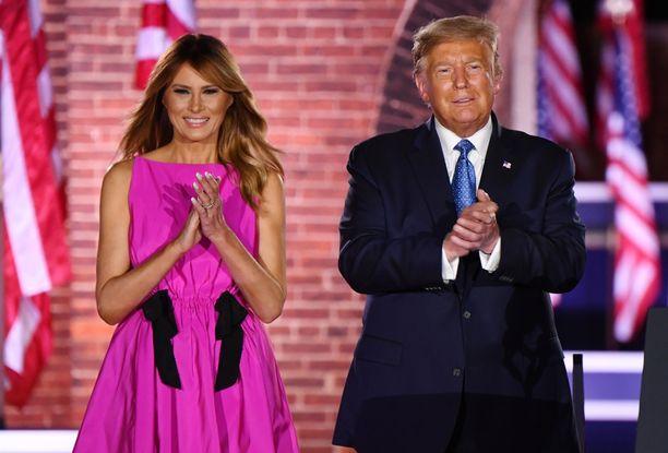 Melania Trump tukee miestään lehtiväitteitä vastaan.