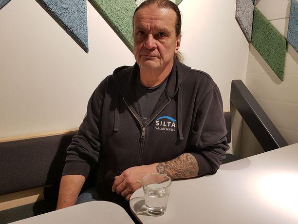 Keijo Häkkinen selvisi rankasta huume- ja rikoskierteestä ja auttaa nyt muita kuntoutuksen ohjaajana.