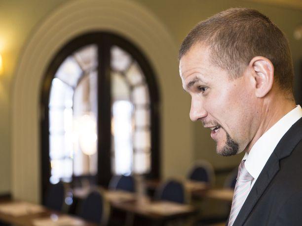Vuokraturvan toimitusjohtaja Timo Metsola katsoo, että taantuvia asuntomarkkinoita voitaisiin tervehdyttää purkamalla ylitarjontaa.