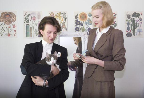 """Tommi Penttilän ja Niina Tuonosen talouteen kuuluu myös kissa, jolla on eläimelle verrattain erikoinen nimi: Juha Pesonen. Kissan nimi keksittiin pian sen hankkimisen jälkeen. Tuononen meni ostamaan kissanruokaa ja näki purkin, jossa luki Pesosen parhaat. """"Sukunimi"""" on peräisin tästä purkista. Etunimeksi pariskunta halusi kissalleen antaa perinteisen suomalaisen miehen nimen. Niinpä siitä tuli Juha Pesonen."""