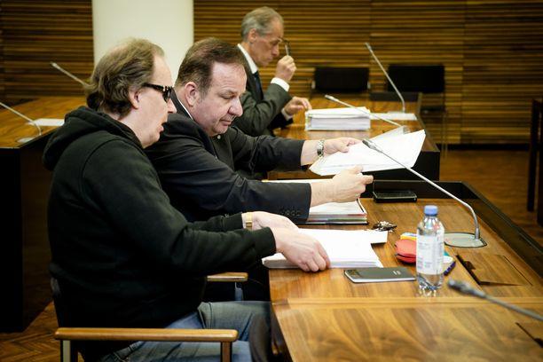 Helsingin hovioikeus aloitti tapauksen käsittelyn keskiviikkona. Kuvassa etualalla Michael Penttilä ja hänen puolustusasianajajansa Kari Eriksson.