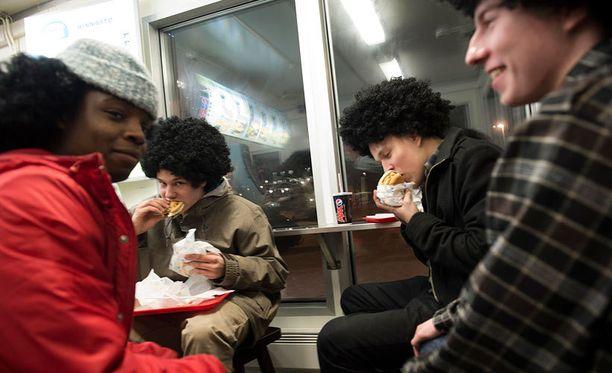 Afroperuukkiin sonnustautuneet saivat ilmaisen hampurilaisen.
