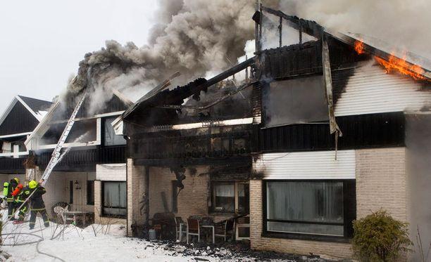 Kaksikerroksinen neljän asunnon rivitalo kärsi tulipalossa Kaarinassa vuona 2011.
