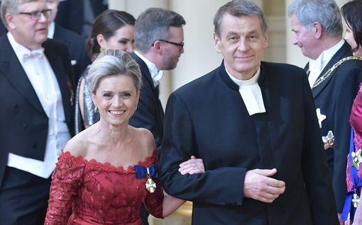 Päivi Räsänen saapui juhliin punaisessa pitsimekossa – näin hän kommentoi tulevaa pääministerivalintaa