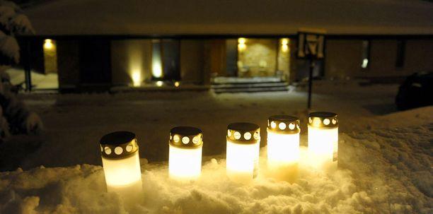 Kari Tapion kotipihan läheisyydessä paloivat keskiviikkoiltana kynttilät kertomassa perheen ja ystävien äärettömästä kaipauksesta. Suru-taloa muistettiin myös useilla kukkalähetyksillä.