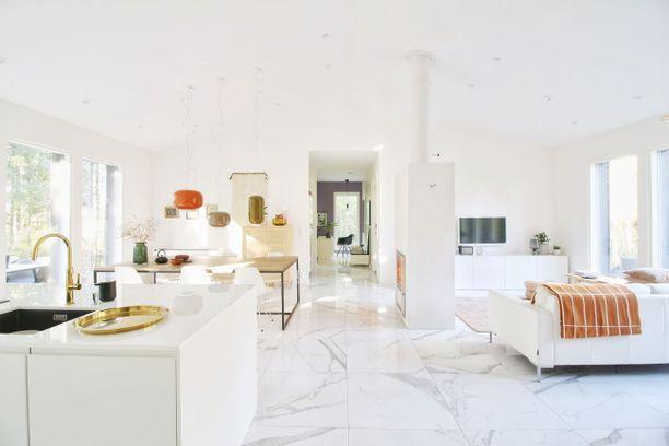 Keittiö ja olohuone ovat yhtä samaa avaraa ja valkoista tilaa. Väriä on tuotu sisustukseen taitavasti pienten yksityiskohtien avulla. Hurmaavaa!