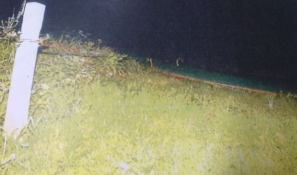 Kuvassa teräsvaijerin kiinnityskohta Herttoniemen hyppyrimäessä. Mäestä laskeneet nuoret kertoivat kuulusteluissa, että alueella oli niin pimeää, ettei vaijeria voinut nähdä.
