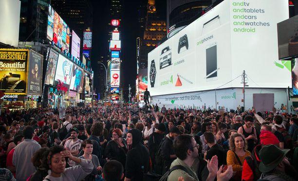 Näin New Yorkin tunnettu Times Squaren aukeama täyttyi oikeuden päätöstä vastaan protestoivista kansalaisista.