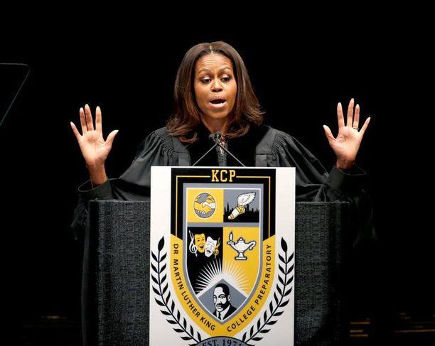 Michelle Obama puhui lukiolaisille King College Prep High Schoolin päättäjäisissä Chicagossa.