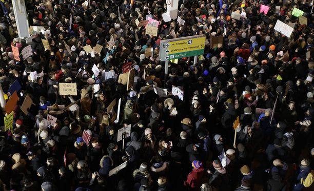 New Yorkissa JFK:n lentokentällä protestoitiin lauantaina Trumpin asetusta vastaan.