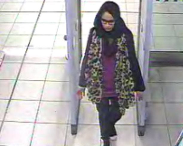Shamima Begum jäi Gatwickin lentokentän turvakameroiden kuviin helmikuussa 2015 poistuessaan Britanniasta.