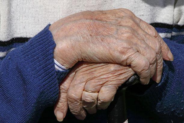 Muistisairas vanhus ihmetteli saamaansa laskua viemäriremontista, jolloin lähihoitaja ryhtyi selvittämään asiaa. Kuvituskuva.