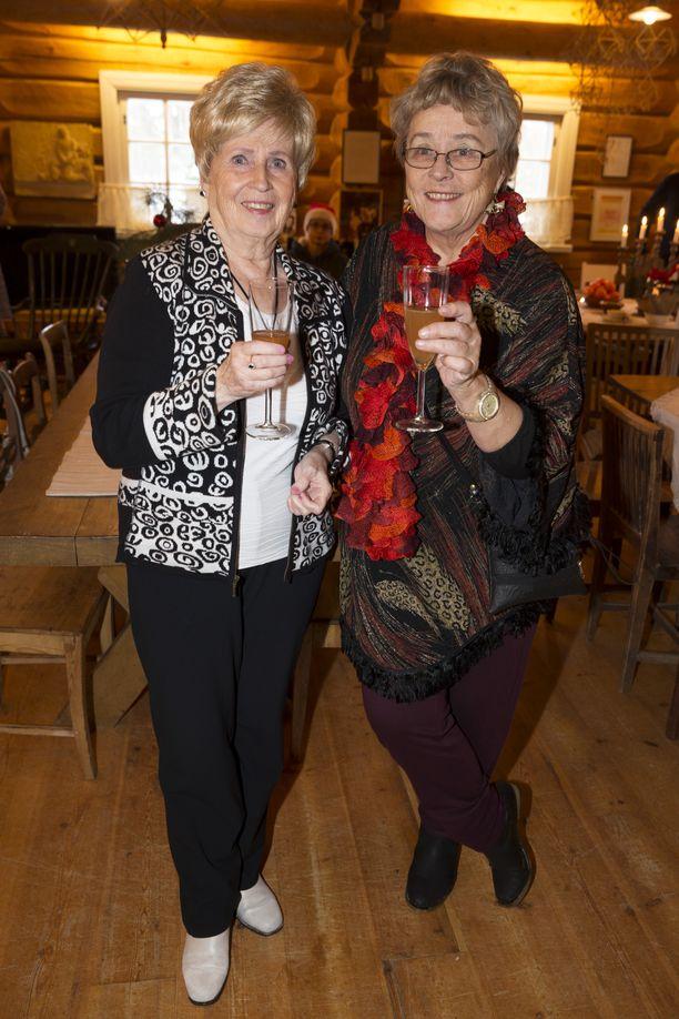 Aira Samulinin joulujuhlassa Hyrsylänmutkassa Sirpa Selänteen äiti Terttu Vuorinen ja Teemu Selänteen äiti Liisa Selänne(oik.). Kuva vuodelta 2014.