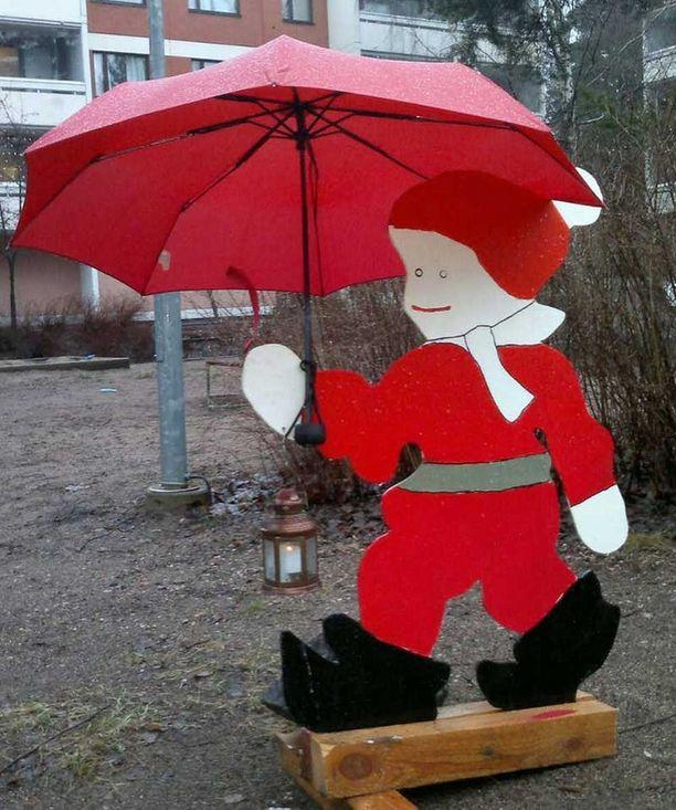Vantaan Koivukylässä joulua vietetään kovin kosteissa sääolosuhteissa. Jopa pihan tonttu on kaivanut sateenvarjon esiin.