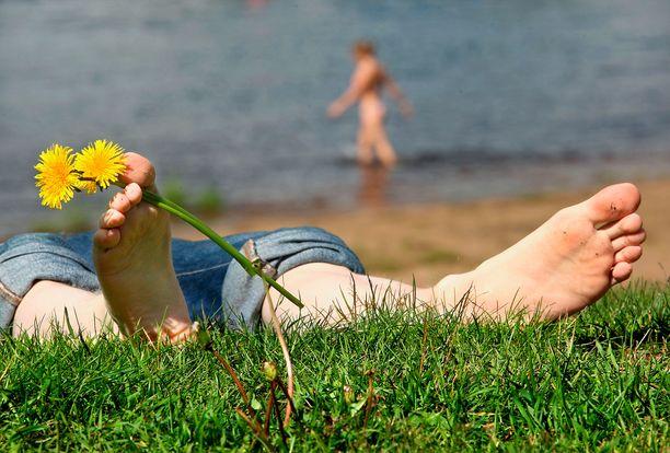 Mies oli nauttinut kevätauringosta. (Kuvituskuva)