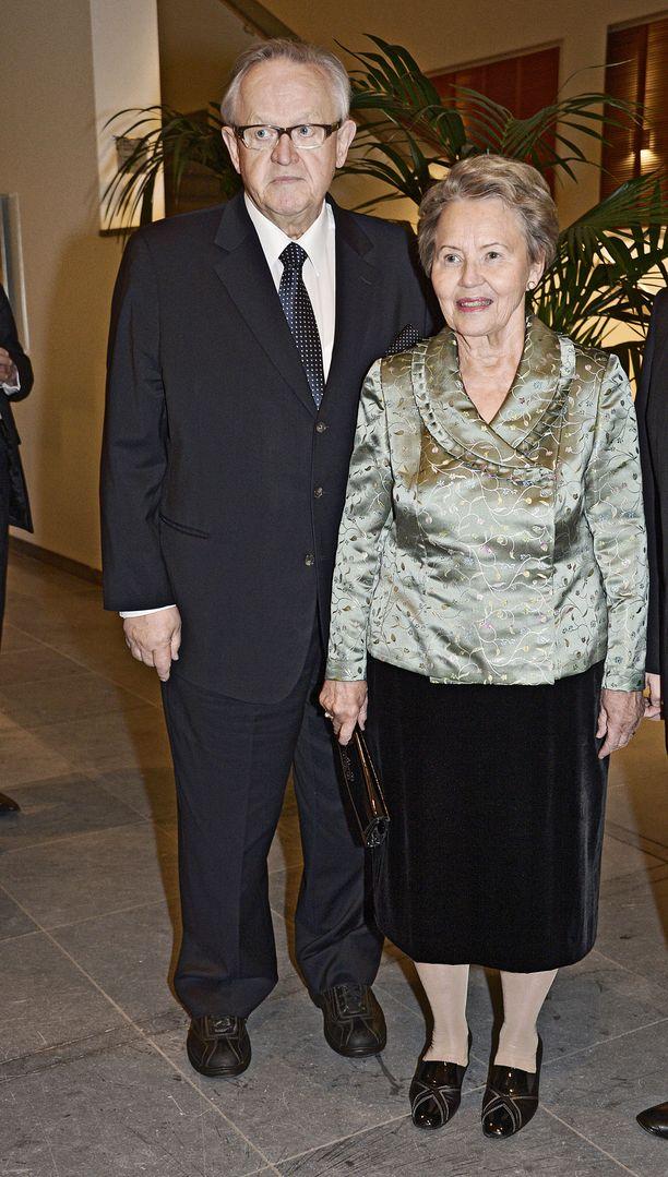 Martti ja Eeva Ahtisaari kuvattuna Anna Karenina -baletin ensi-illassa vuonna 2013.