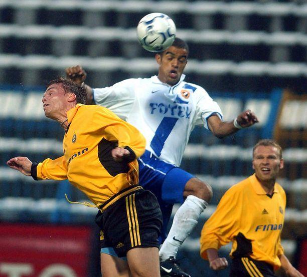 Antti Heinola (vas.) taistelee pallosta Mestarien liigan karsintaottelussa MTK Budapestiä vastaan 2003.