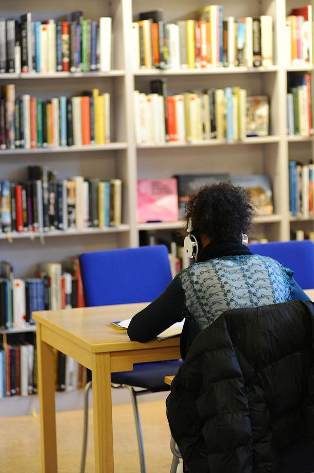 Osa oppilaitoksista tarjoaa lukuvuosimaksun alennusten lisäksi jopa useiden tuhansien eurojen apurahaa elinkustannuksiin.