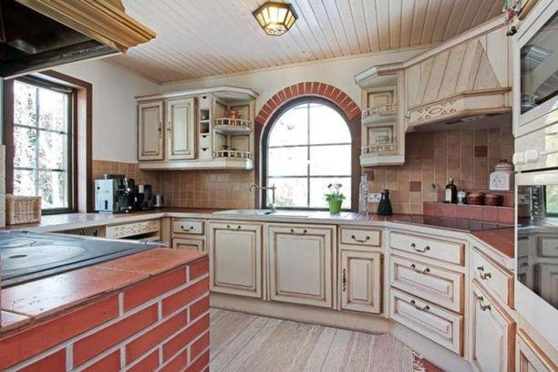 Talossa on maalaistyylinen keittiö.