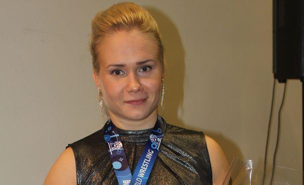 Petra Olli juhlimassa MM-kultaa Lappajärvellä.