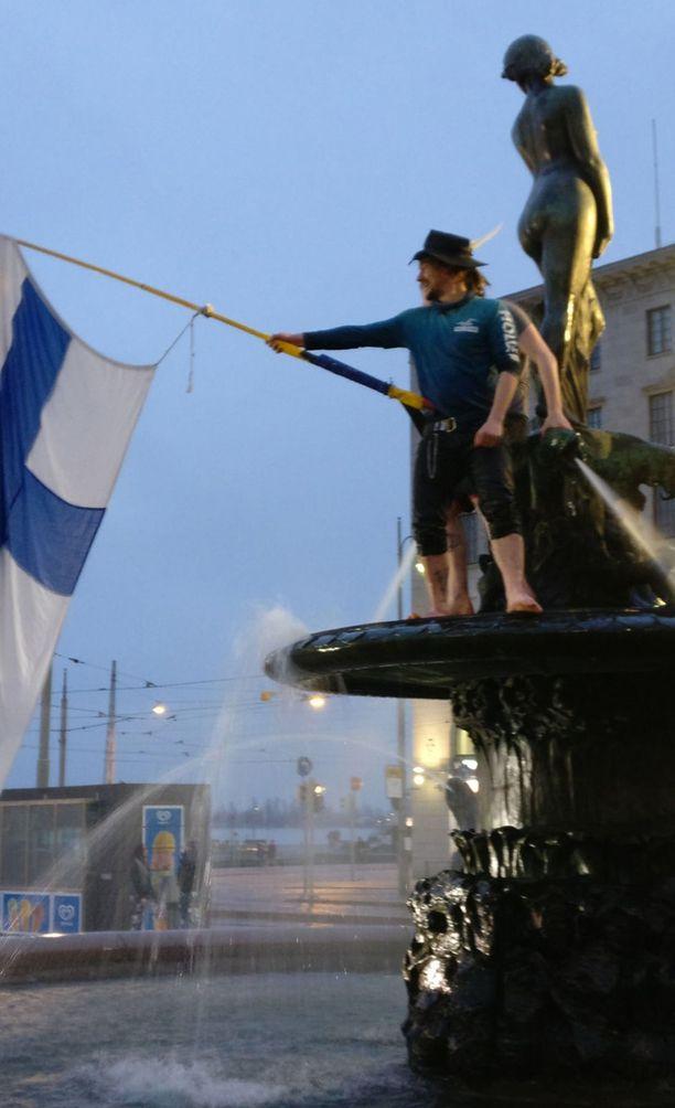 Suomen lippu heilui suihkulähteellä.