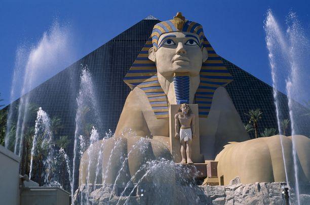 Las Vegasin Luxor-hotellia vartioi aidon kokoinen sfinksi.