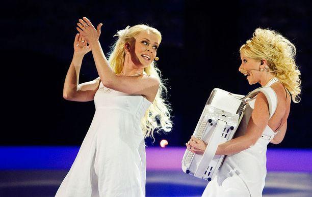 Kuunkuiskaajat. Johanna Hytti, vas. ja Susan Aho, edustivat Suomea Euroviisuissa vuonna 2010.