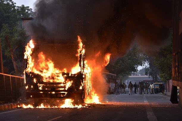 Bussi paloi sunnuntaina Delhissä.