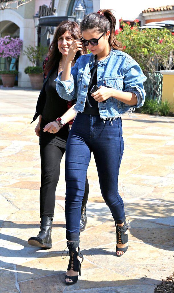 Selena Gomez yhdisti rohkeasti kahta eriväristä denimiä. Ronskisti pätkäisty takinhelma on supertrendikäs.