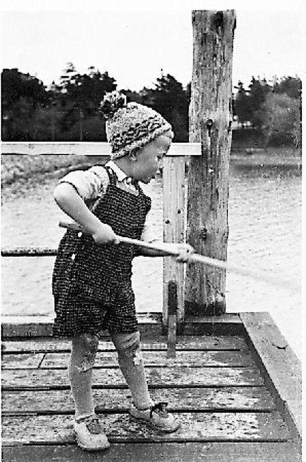 Hirveän ylpeä suuri kalastaja Suomenlinnassa saaliineen. Meri oli lähellä koko lapsuuteni. Meri tuli tutuksi purjehtiessamme isäni ja Ilari Rantasalon kanssa purjeveneellä.